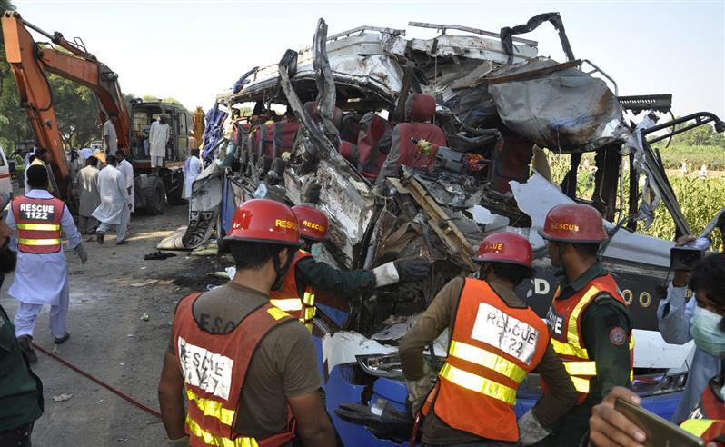 पाकिस्तानमा बस दुर्घटना २६ को मृत्यु, १२ घाइते